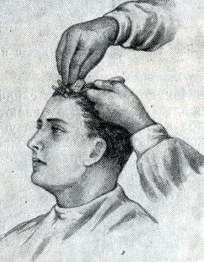 Рис. 194. Нанесение губкой состава для химической завивки на волосы