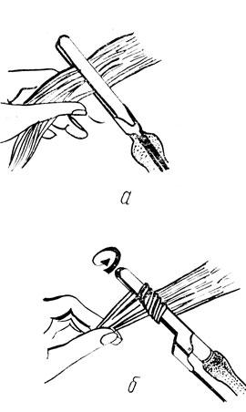 пряди волос щипцами; б