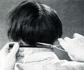 Рис. 137. При стрижке затылка верхние волосы отделены и зачесаны в сторону